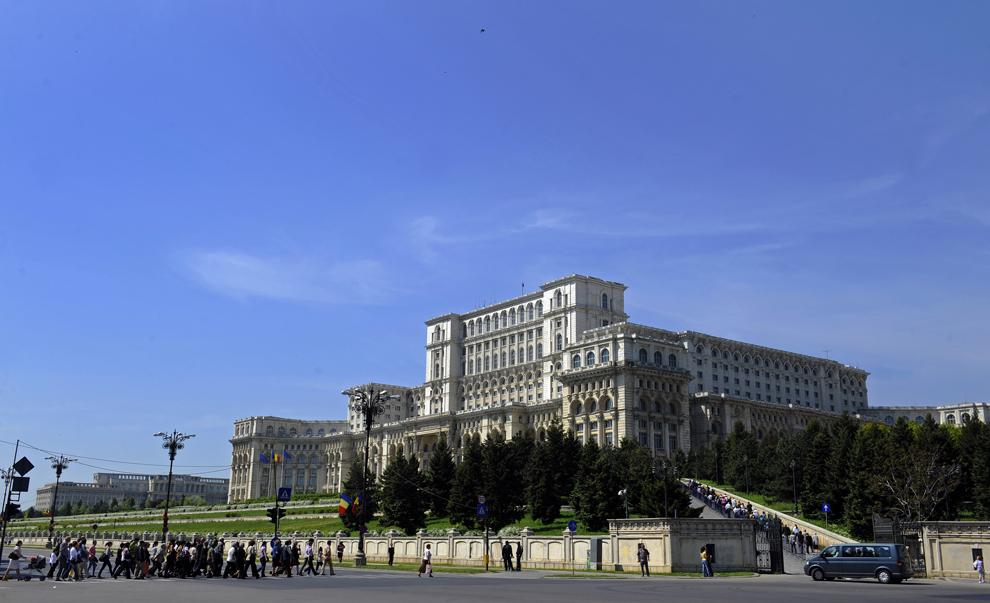 """Vizitatori sosesc la Palatul Parlamentului, cu ocazia """"Zilei Porţilor Deschise"""", în Bucureşti, duminică, 2 mai 2010."""