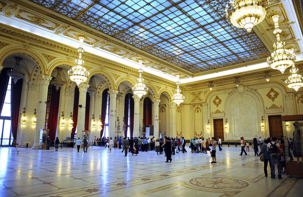 """Un grup de vizitatori se plimbă prin Palatul Parlamentului, în a doua zi a programului """"Porţi deschise"""", în Bucureşti, duminică, 2 mai 2010."""