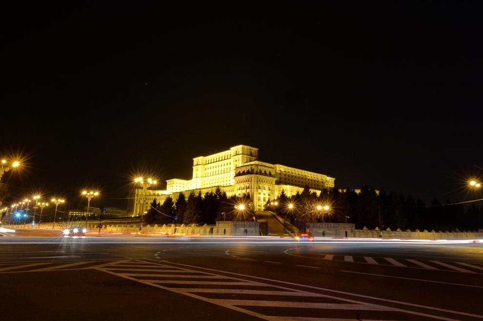 """Lumina electrică este întreruptă la Palatul Parlamentului timp de o ora, cu prilejul evenimentului internaţional """"Ora Pământului"""", în Bucureşti, sâmbătă, 29 martie 2014."""