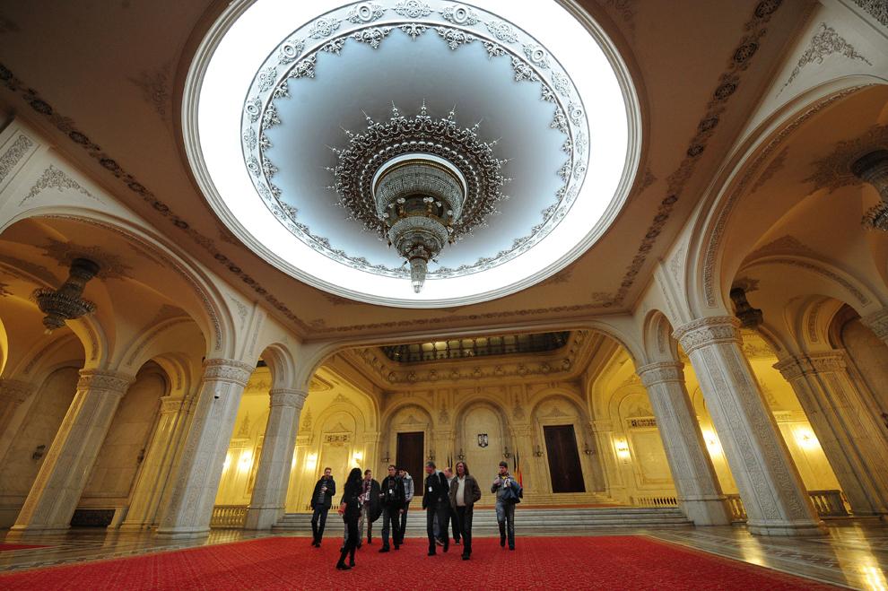 """Turişti vizitează sala """"Alexandru Ioan Cuza"""" din Palatul Parlamentului în Bucureşti, vineri, 18 decembrie 2009."""