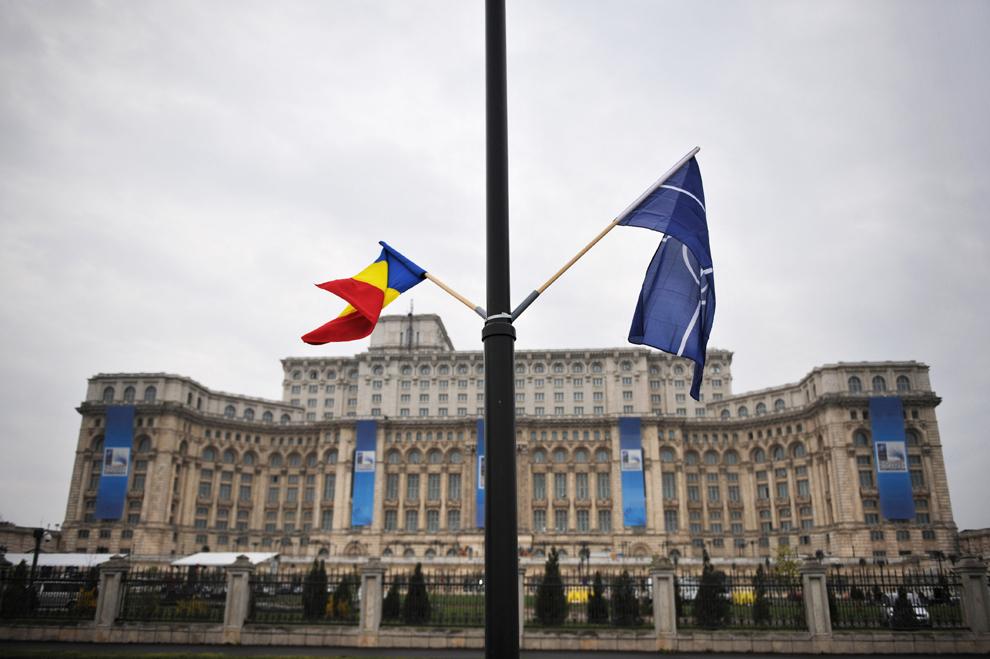 Steagul României şi cel al NATO pot fi văzute în faţa Palatului Parlamentului, cea de-a doua clădire ca mărime în lume după cea a Pentagonului, în Bucureşti, vineri, 1 aprilie 2008.