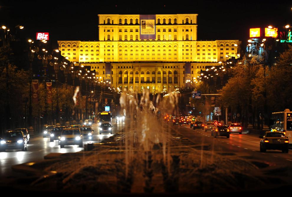 Bulevardul Uniiri şi Palatul Parlamentului (în fundal) sunt vizibile cu câteva zile înaintea începerii summitului NATO, în Bucureşti, marţi, 29 martie 2008.