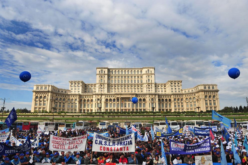 Sindicalişti scandează lozinci anti guvern în faţa Palatului Parlamentului din Bucureşti, în timpul unui protest sindical, marţi, 7 octombrie 2008.