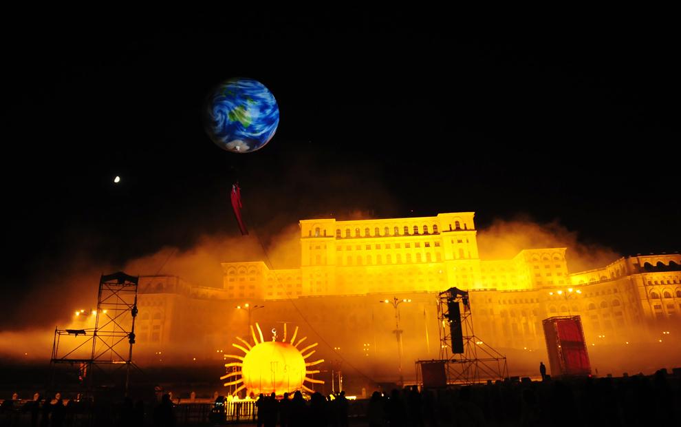 """Compania spaniolă de teatru stradal """"Els Comediants"""" prezintă spectacolul """"Dimonis"""" în faţa Palatului Parlamentului din Bucureşti, duminică, 31 mai 2009."""