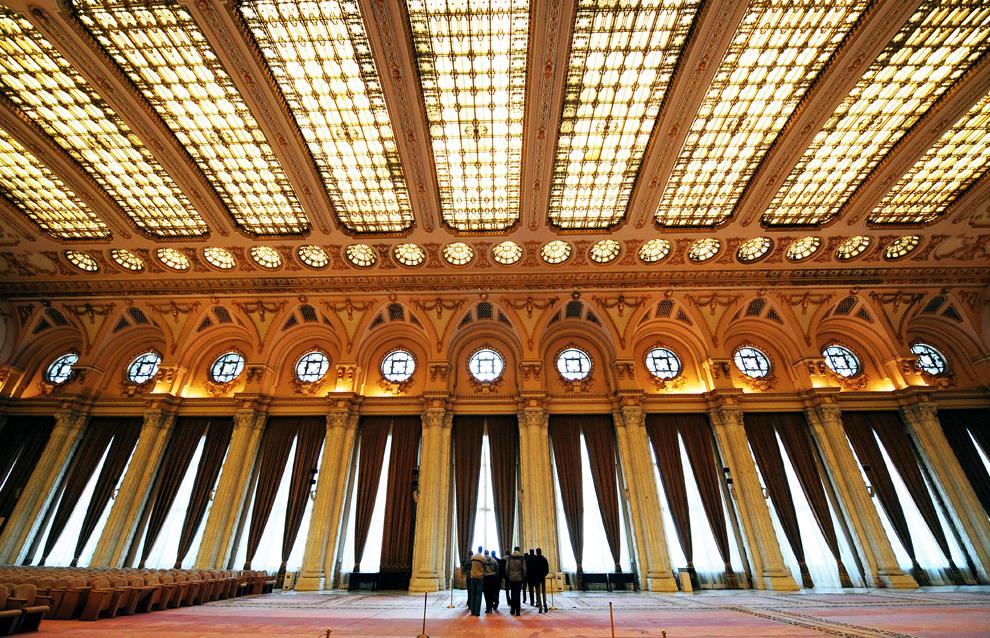 """Turişti vizitează sala """"Alexandru Ioan Cuza"""" din Palatul Parlamentului, în Bucureşti, vineri, 18 decembrie 2009."""