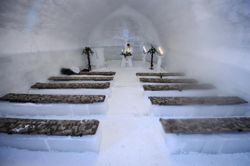 Călugărul franciscan Iulian Misariu cântă un imn la finalul slujbei ecumenice de sfinţire a Bisericii de Gheaţă de la Bâlea Lac, munţii Făgăraş, jud. Sibiu, joi, 29 ianuarie 2015. Şase preoţi de diferite confesiuni au sfinţit joi după-amiaza, singura biserică de gheaţă din România, aflată la Bâlea Lac, la o altitudine de 2034m.
