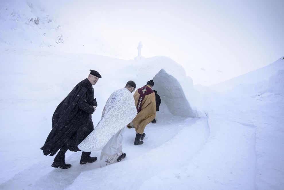 Preotul evanghelic Michael Reger (S), preotul greco-catolic Ioan Stefan Crisan (C) si preotul protopop Oskar Raicea (D) sosesc la Biserica de Gheaţă de la Bâlea Lac, munţii Făgăraş, jud. Sibiu, joi, 29 ianuarie 2015. Şase preoţi de diferite confesiuni au sfinţit joi după-amiaza, singura biserică de gheaţă din România, aflată la Bâlea Lac, la o altitudine de 2034m.