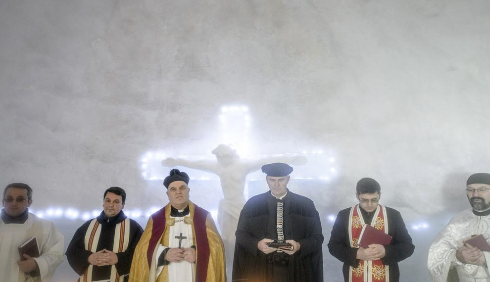 Călugărul franciscan Iulian Misariu (S2) alături de preotul protopop Oskar Raicea (CS), preotul evanghelic Michael Reger (CD) şi preotul greco-catolic Ioan Stefan Crisan (D) sfinţesc Biserica de Gheaţă de la Bâlea Lac, munţii Făgăraş, jud. Sibiu, joi, 29 ianuarie 2015. Şase preoţi de diferite confesiuni au sfinţit joi după-amiaza, singura biserică de gheaţă din România, aflată la Bâlea Lac, la o altitudine de 2034m.