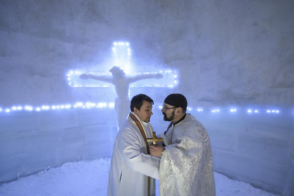 Călugărul franciscan Iulian Misariu (S) discută cu preotul greco-catolic Ioan Stefan Crisan (D) la finalul slujbei ecumenice de sfinţire a Bisericii de Gheaţă de la Bâlea Lac, munţii Făgăraş, jud. Sibiu, joi, 29 ianuarie 2015. Şase preoţi de diferite confesiuni au sfinţit joi după-amiaza, singura biserică de gheaţă din România, aflată la Bâlea Lac, la o altitudine de 2034m.