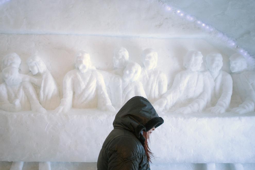 O tânără trece prin faţa unui basorelief realizat din gheaţă, ce reprezintă Cina cea de Taină, în Biserica de Gheaţă de la Bâlea Lac, munţii Făgăraş, jud. Sibiu, joi, 29 ianuarie 2015. Şase preoţi de diferite confesiuni au sfinţit joi după-amiaza, singura biserică de gheaţă din România, aflată la Bâlea Lac, la o altitudine de 2034m.
