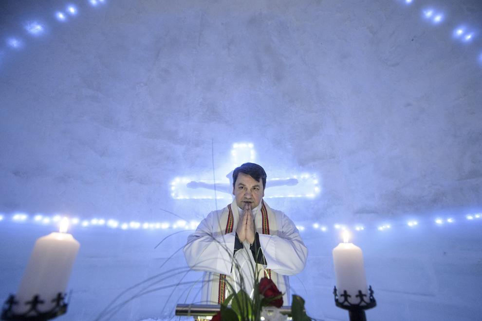 Călugărul franciscan Iulian Misariu se roagă la finalul slujbei ecumenice de sfinţire a Bisericii de Gheaţă de la Bâlea Lac, munţii Făgăraş, jud. Sibiu, joi, 29 ianuarie 2015. Şase preoţi de diferite confesiuni au sfinţit joi după-amiaza, singura biserică de gheaţă din România, aflată la Bâlea Lac, la o altitudine de 2034m.