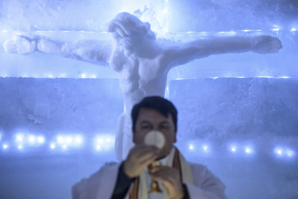 O sculptură realizată din gheaţă, înfăţişându-l pe Isus Hristos răstignit pe cruce, poate fi văzută în altarul Bisericii de Gheaţă de la Bâlea Lac, munţii Făgăraş, jud. Sibiu, joi, 29 ianuarie 2015. Şase preoţi de diferite confesiuni au sfinţit joi după-amiaza, singura biserică de gheaţă din România, aflată la Bâlea Lac, la o altitudine de 2034m.