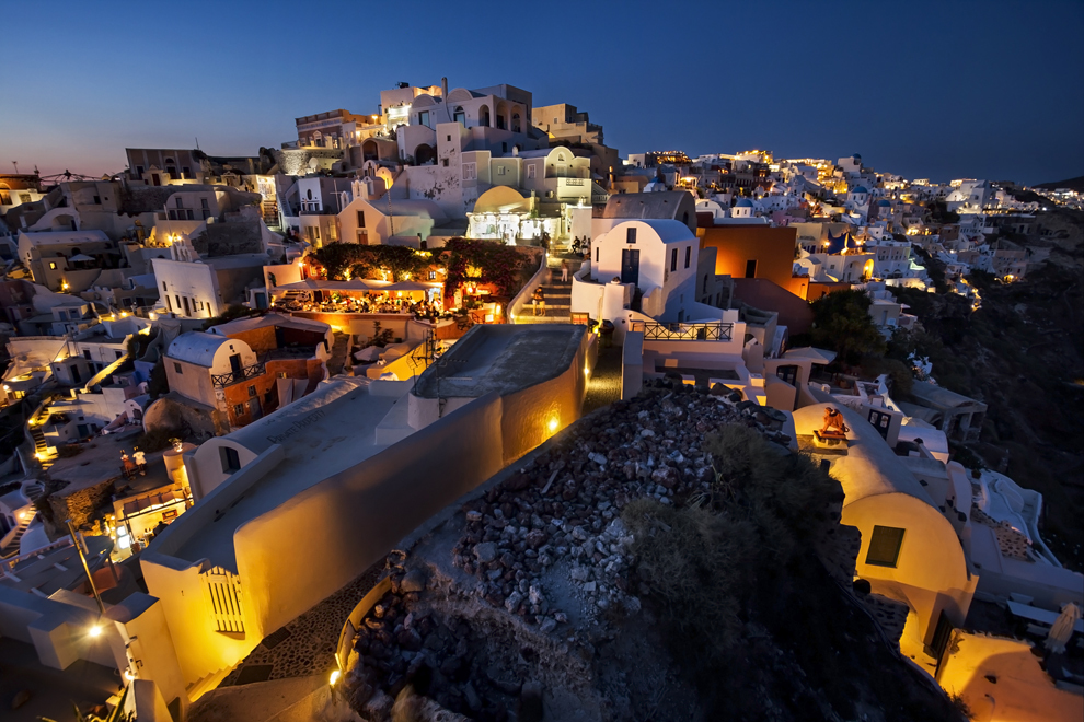 Seara în oraşul Oia, insula Santorini.