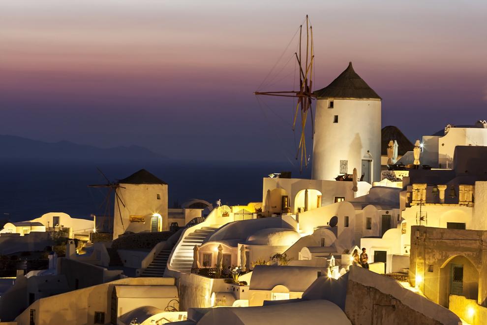 Vechi mori de vânt în oraşul Oia, insula Santorini.