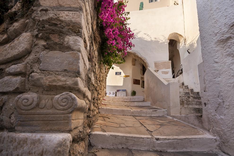 Străduţe înguste prin oraşul Naxos, insula Naxos.