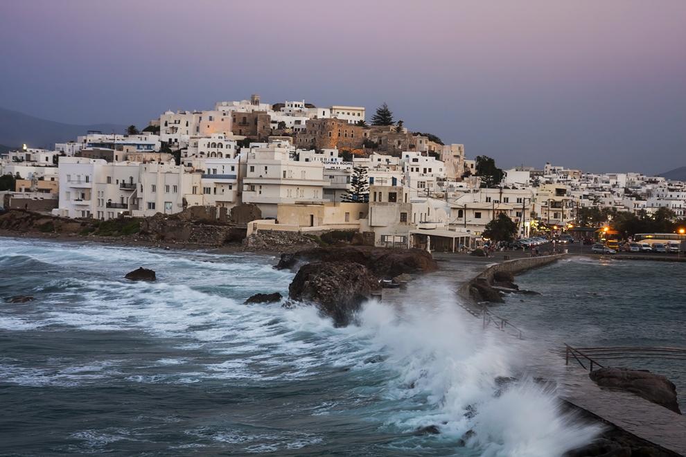 Oraşul Naxos şi digul dinspre Templul lui Apollo, insula Naxos.