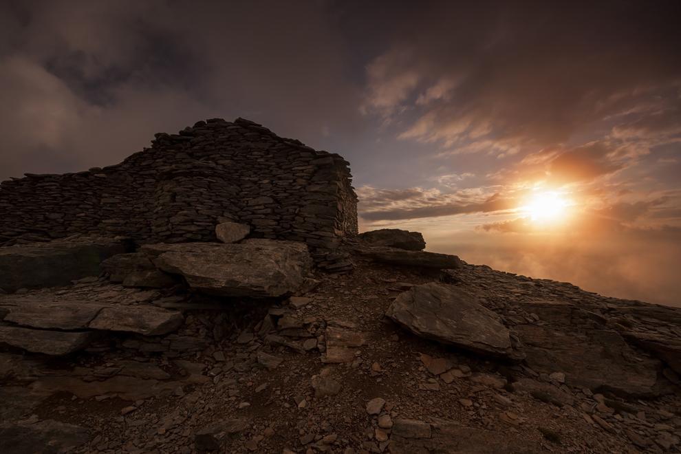 O bisericuţă construită din lespezi de piatră se afla pe Vârful Profet Ilias (2803m) din Muntele Olimp.