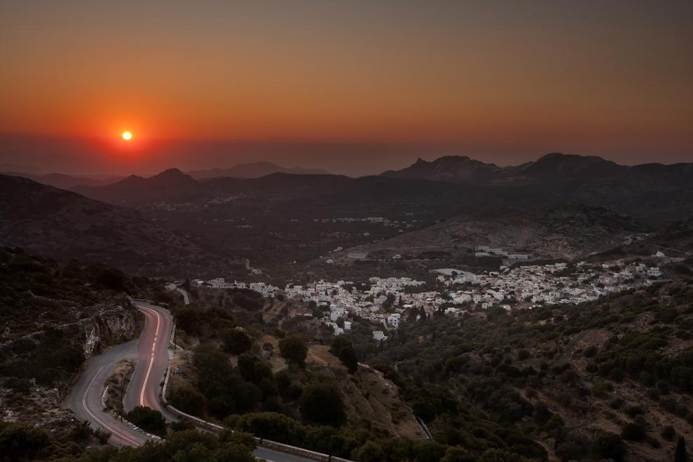 Apus de soare deasupra oraşului Filoti, Insula Naxos.