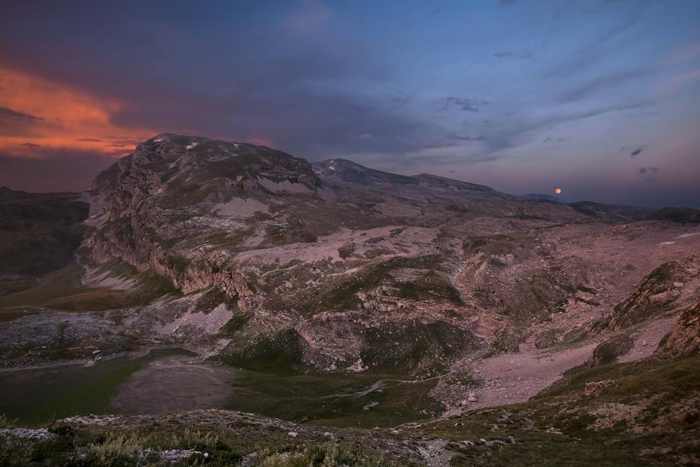 Răsărit de lună de după vârfurile Gamila şi Ploskos, Munţii Pindului.