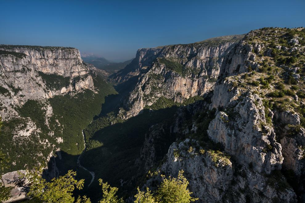 Canionul Vikos, considerat cel mai adânc canion din lume, raportat la distanţa dintre pereţi.