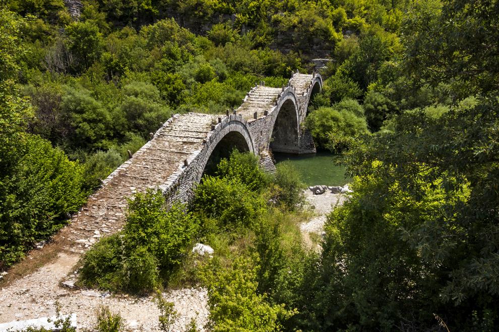 Podul de piatră cu trei arce Kalogeriko, construit în anul 1814, regiunea Zagoria.