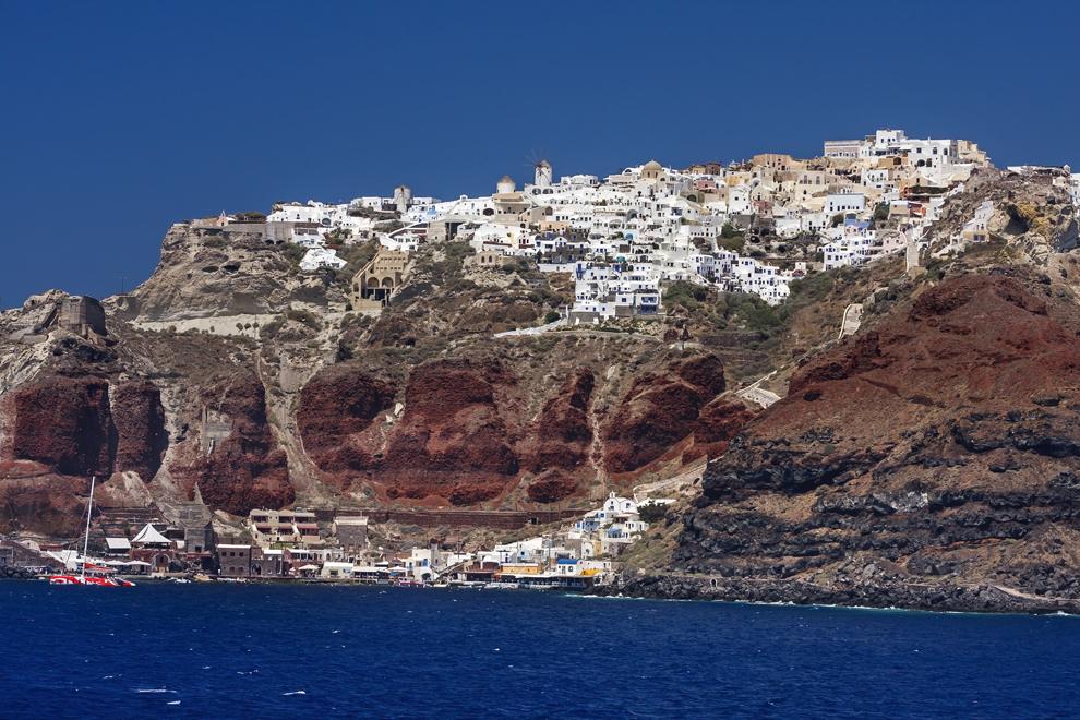 Oraşul Oia, aşezat deasupra rocilor vulcanice ale insulei Santorini.