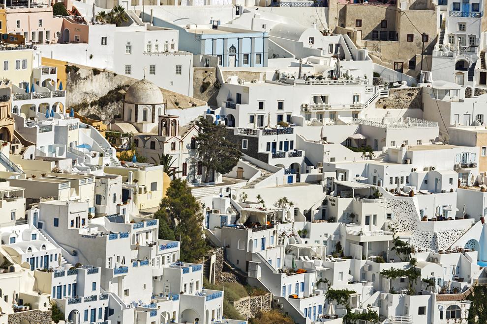 Clădiri tradiţionale din oraşul Fira, pe insula Santorini.