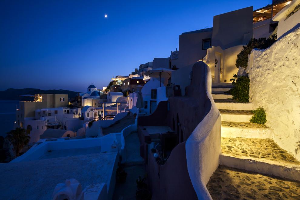 Străduţe înguste din Oia, insula Santorini.