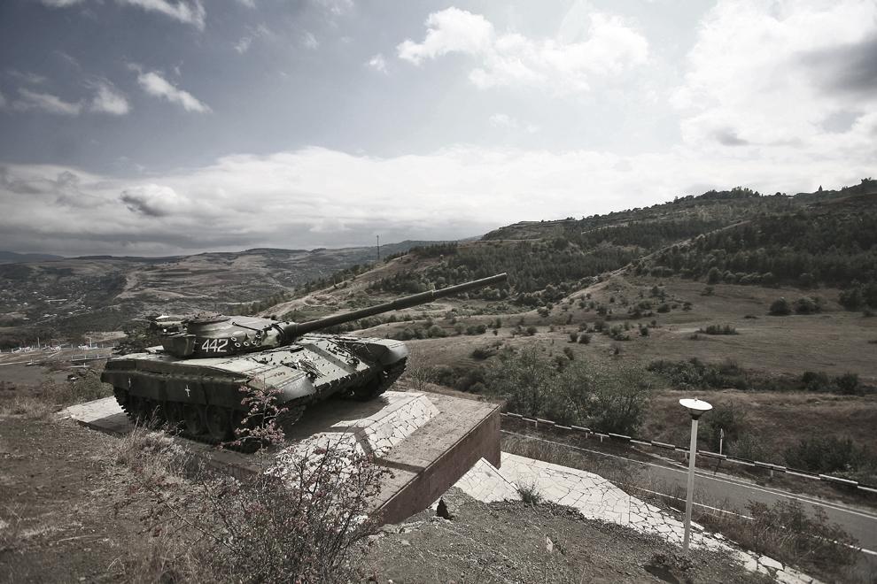 Un tanc Armean T-72 restaurat, scos din uz în timpul unui atac asupra poziţiilor Azere din Askeran în timpul războiului din Nagorno-Karabah, astăzi transformat în monument de război la periferia oraşului Stepanakert, capitala Nagorno-Karabah, joi, 18 septembrie 2008.