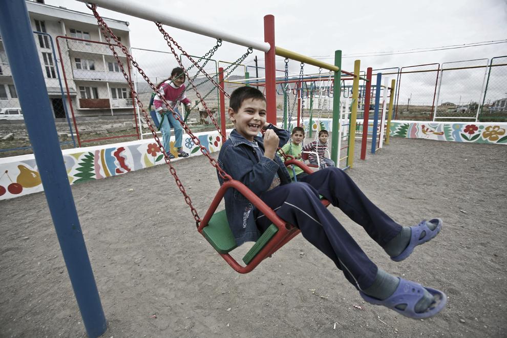 Copii se joacă în leagăne într-un centru recreaţional construit de Consiliul Local al oraşului Khojaly, vineri, 19 septembrie 2008. Khojaly este un oras din Nagorno-Karabah si este situat la 10 km nord-est de capitala Stepanakert.