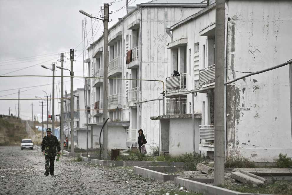 Un soldat merge pe o stradă din oraşul Khojaly, Nagorno-Karabah, vineri, 19 septembrie 2008. Khojaly este un oras din Nagorno-Karabah si este situat la 10 km nord-est de capitala Stepanakert.