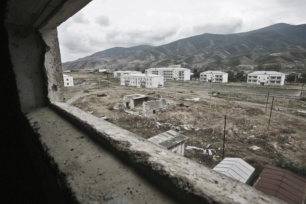 Un cartier rezidenţial este văzut prin geamul unei case, în oraşul Khojaly, vineri, 19 septembrie 2008. Khojaly este un oras din Nagorno-Karabah si este situat la 10 km nord-est de capitala Stepanakert.