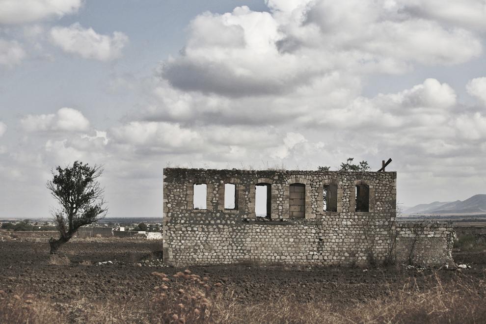 Ruinele oraşului Aghdam, aflat la graniţa dintre Nagorno-Karabah şi Azerbaidjan, distrus în totalitate în timpul conflictului armat, vineri, 19 septembrie 2008. Acum un oraş fantomă, în trecut avea propriul aeroport şi 160,000 de locuitori. În prezent au loc lupte sporadice şi un număr mare de mine antipersonal pot fi găsite în zonă.