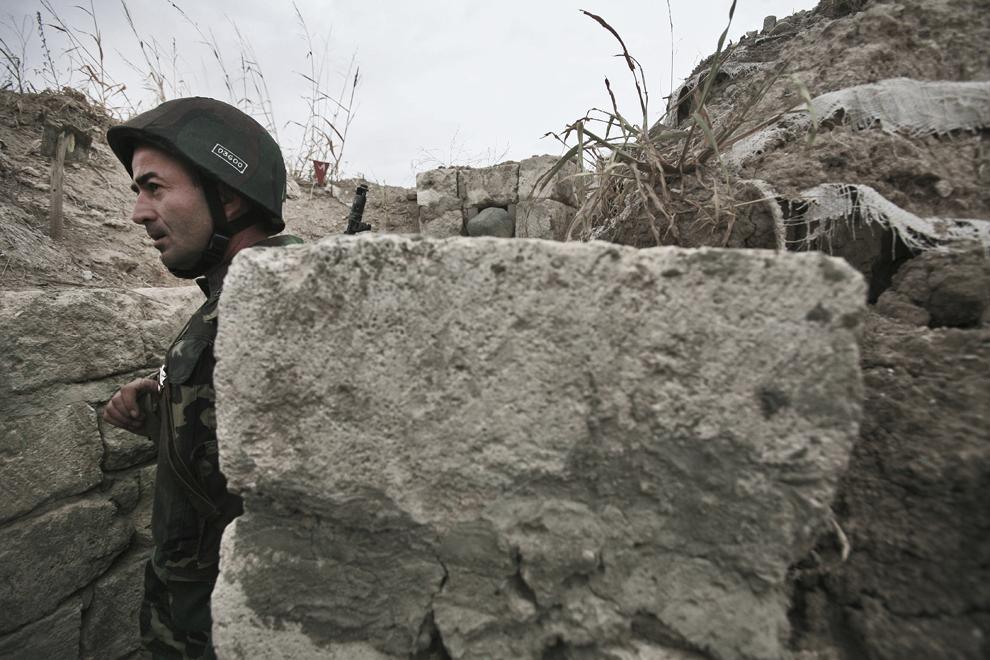 Un soldat armean în postul său de pază, la 300m distanţă de punctul de control azer, în baza militară Martakert, situată la graniţa de nord-est cu Azerbaidjan, sâmbătă, 20 septembrie 2008. Armata republicii Nagorno-Karabah a fost înfiinţată pe 9 mai, 1992, este formată din aproximativ 20,000 de ofiţeri şi soldaţi, având ca rol protejarea NKR de ameninţări externe şi interne.