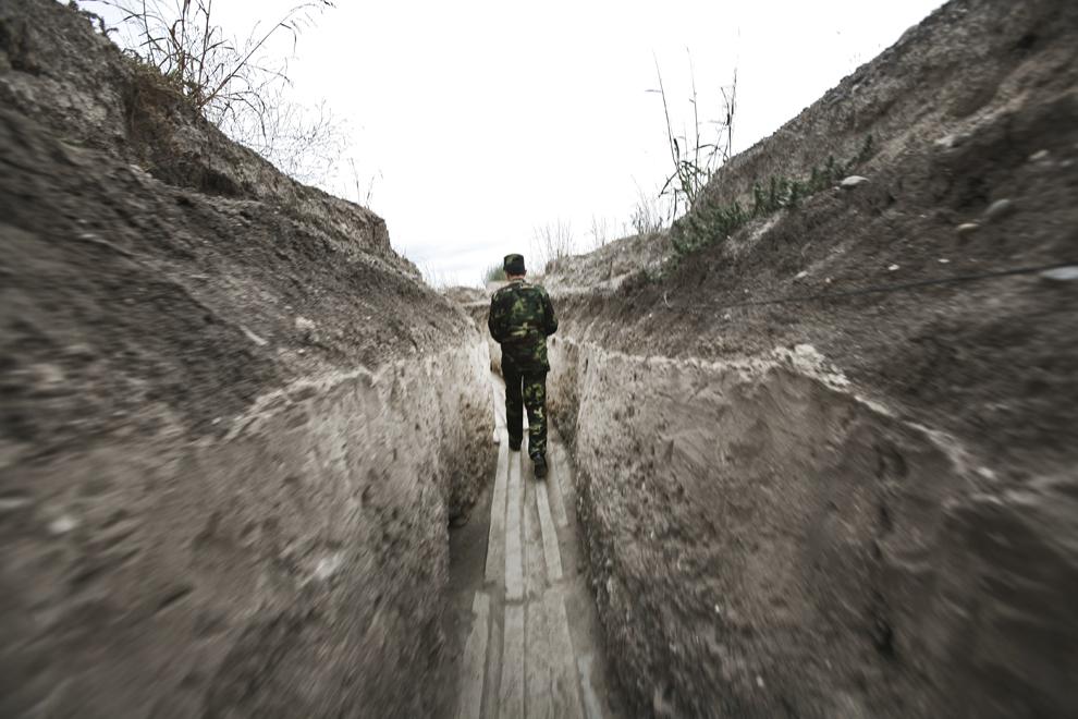 Comandantul bazei militare Martakert inspectează punctele de pază la graniţa de nord-est cu Azerbaidjan, în Nagorno-Karabah, sâmbătă, 20 septembrie 2008. Armata republicii Nagorno-Karabah a fost înfiinţată pe 9 mai, 1992, este formată din aproximativ 20,000 de ofiţeri şi soldaţi, având ca rol protejarea NKR de ameninţări externe şi interne.