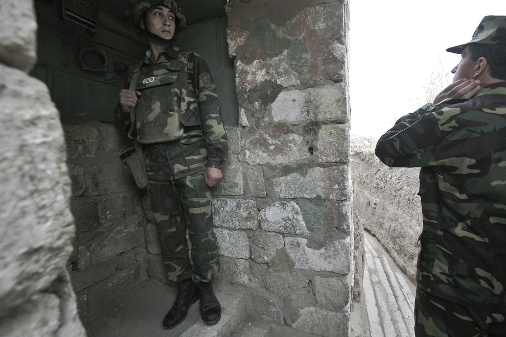 Un soldat este inspectat de comandantul bazei militare Martakert, la graniţa de nord-est cu Azerbaidjan, în Nagorno-Karabah, sâmbătă, 20 septembrie 2008. Armata republicii Nagorno-Karabah a fost înfiinţată pe 9 mai, 1992, este formată din aproximativ 20,000 de ofiţeri şi soldaţi, având ca rol protejarea NKR de ameninţări externe şi interne.