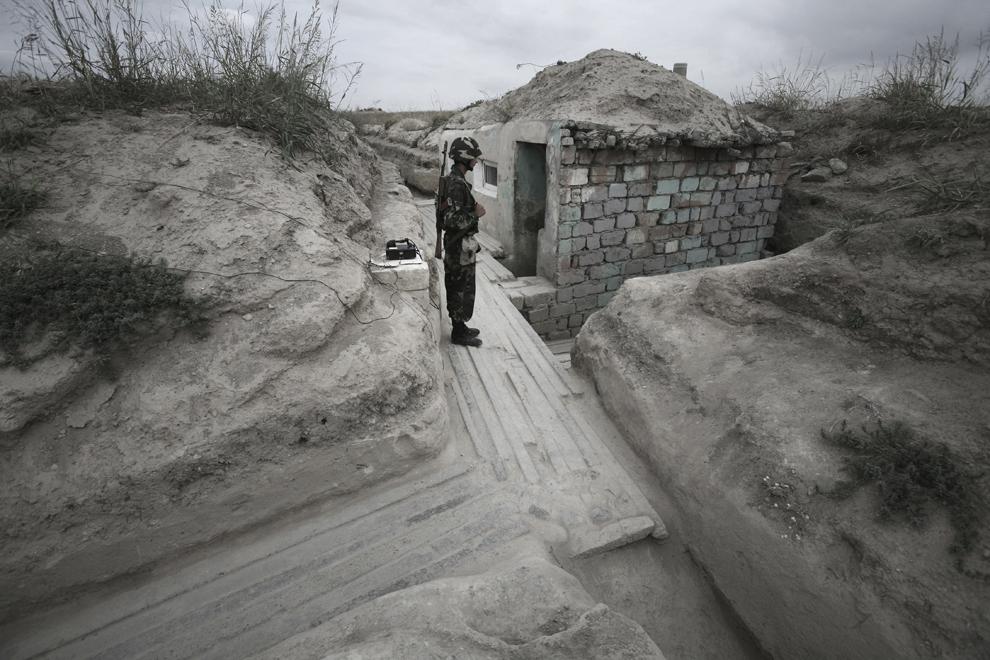 Soldatul Maxim (20 de ani) este de gardă în postul său, la 300m distanţă de punctul de control azer, în baza militară Martakert, situată la graniţa de nord-est cu Azerbaidjan, sâmbătă, 20 septembrie 2008. Armata republicii Nagorno-Karabah a fost înfiinţată pe 9 mai, 1992, este formată din aproximativ 20,000 de ofiţeri şi soldaţi, având ca rol protejarea NKR de ameninţări externe şi interne.