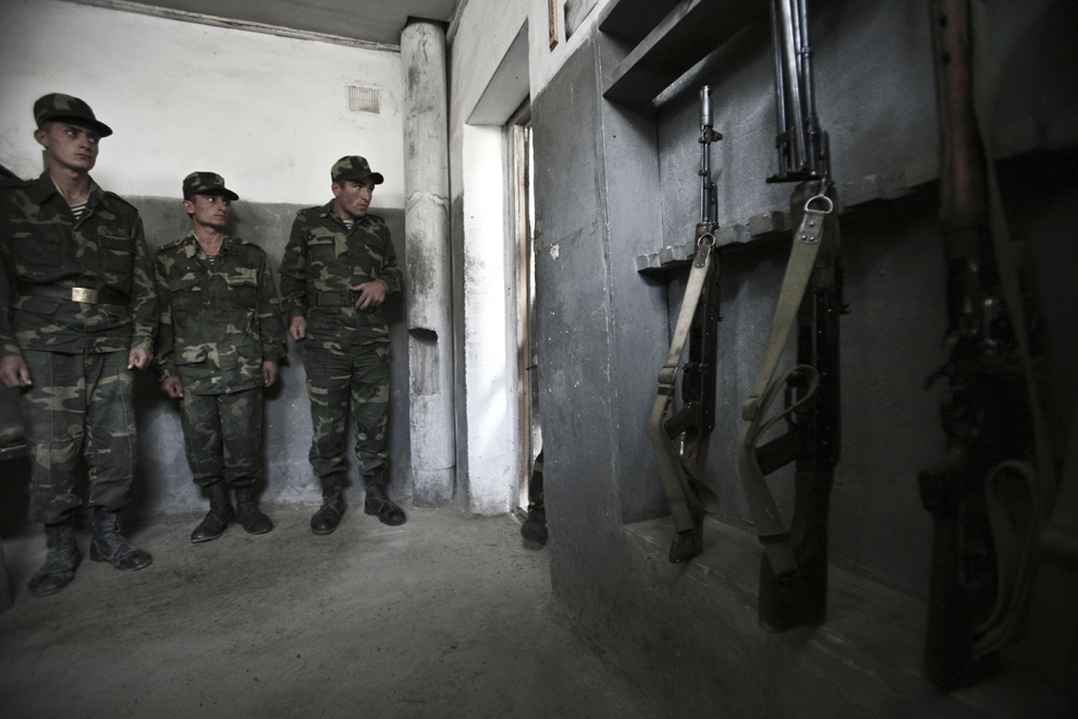Vladimir (19 ani – stânga), Roman (20 de ani – centru) şi Aram (22 ani – dreapta) aşteaptă inspecţia comandantului în camera lor din baza militară Martakert, la graniţa de nord-est cu Azerbaidjan, în Nagorno-Karabah, sâmbătă, 20 septembrie 2008. Armata republicii Nagorno-Karabah a fost înfiinţată pe 9 mai, 1992, este formată din aproximativ 20,000 de ofiţeri şi soldaţi, având ca rol protejarea NKR de ameninţări externe şi interne.