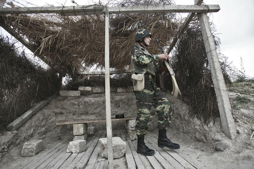 Soldatul Kevork (23 de ani) se antrenează în baza militară Martakert, situată la graniţa de nord-est cu Azerbaidjan, sâmbătă, 20 septembrie 2008. Armata republicii Nagorno-Karabah a fost înfiinţată pe 9 mai, 1992, este formată din aproximativ 20,000 de ofiţeri şi soldaţi, având ca rol protejarea NKR de ameninţări externe şi interne.