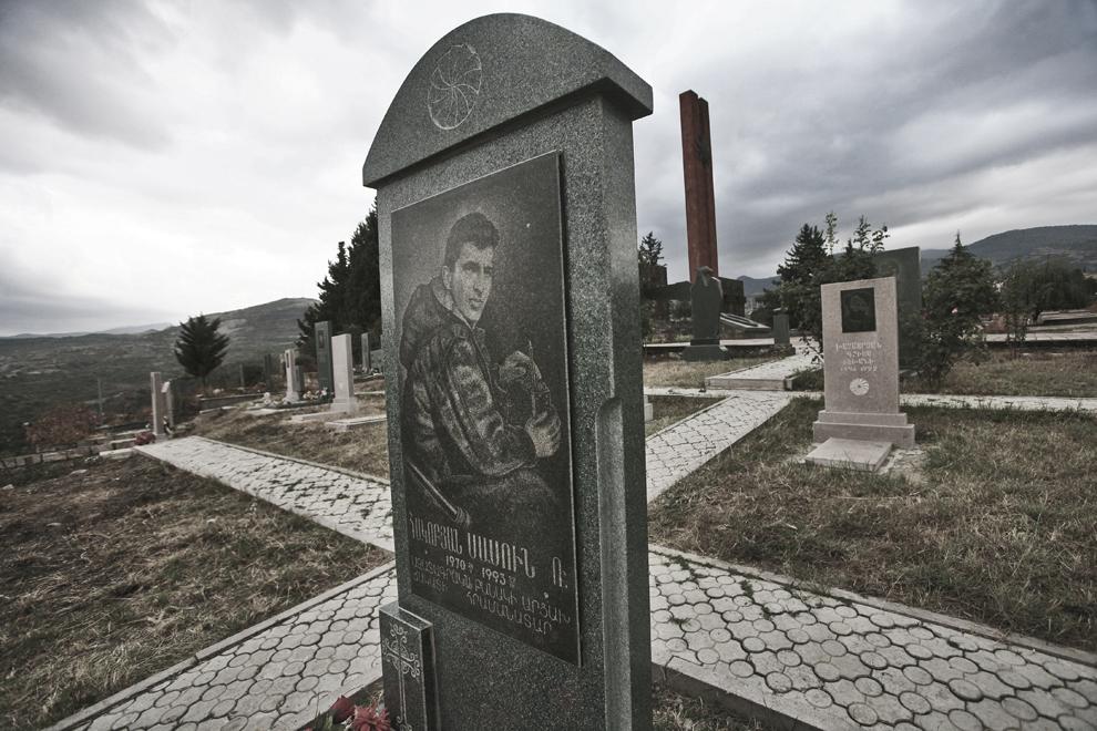 O piatră de mormânt sculptată  în obsidian înfăţişează un erou armean de război, în port militar, poate fi văzută în cimitirul militar din Stepanakert, capitala Republicii Nagorno-Karabah, sâmbătă, 20 septembrie 2008. Cu o populaţie de 140,000, majoritatea fiind armeni, Republica Nagorno-Karabah îşi caută stabilitatea economică şi politică. Rata mare de şomaj, salariile mici şi lipsa oportunităţilor pentru tineri fac din republica nerecunoscută un loc în care se trăieşte greu.