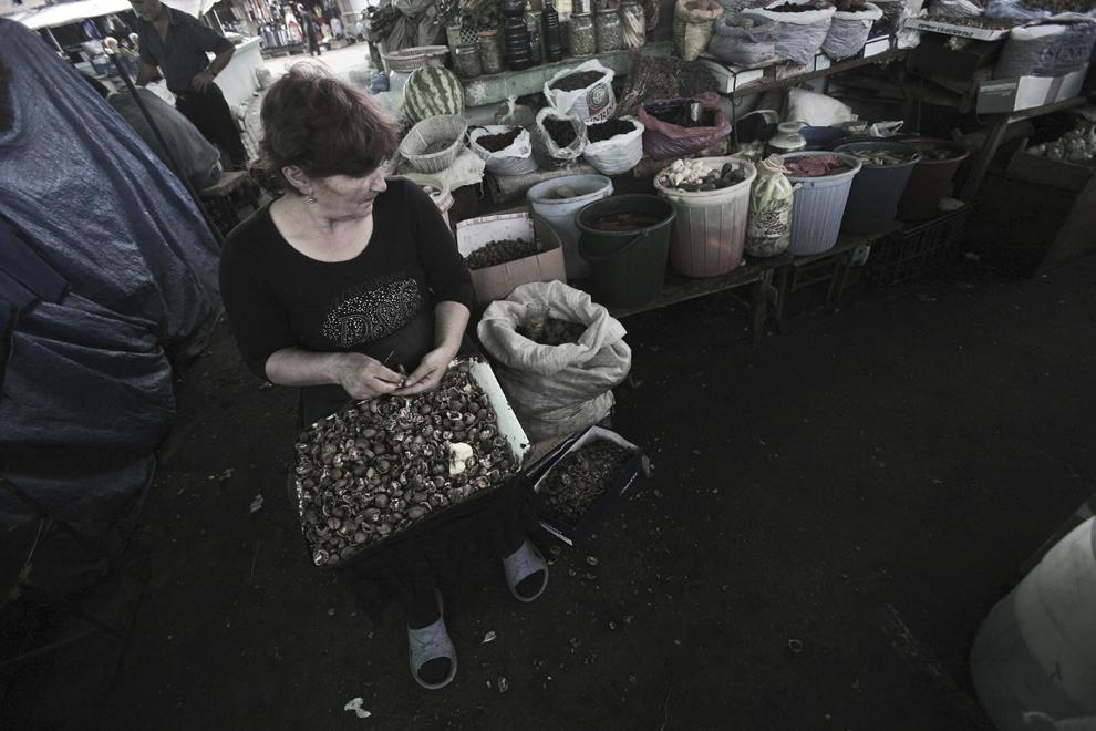 O vânzătoare sparge nuci într-o piaţă alimentară din Stepanakert, Nagorno-Karabah, sâmbătă, 20 septembrie 2008. Cu o populaţie de 140,000, majoritatea fiind armeni, Republica Nagorno-Karabah îşi caută stabilitatea economică şi politică. Rata mare de şomaj, salariile mici şi lipsa oportunităţilor pentru tineri fac din republica nerecunoscută un loc în care se trăieşte greu.