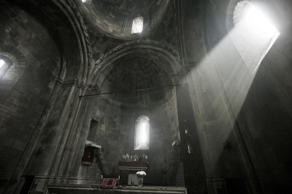 Altarul catedralei Sf. Hovhannes Mkrtich, parte a mănăstirii Gandzasar, un edificiu armean din secolele X-XIII, în regiunea Martakert, Nagorno-Karabah, sâmbătă, 20 septembrie 2008. Mănăstirea Gandazasar este considerată unul dintre cele mai importante exemple de artă monumentală armenească.