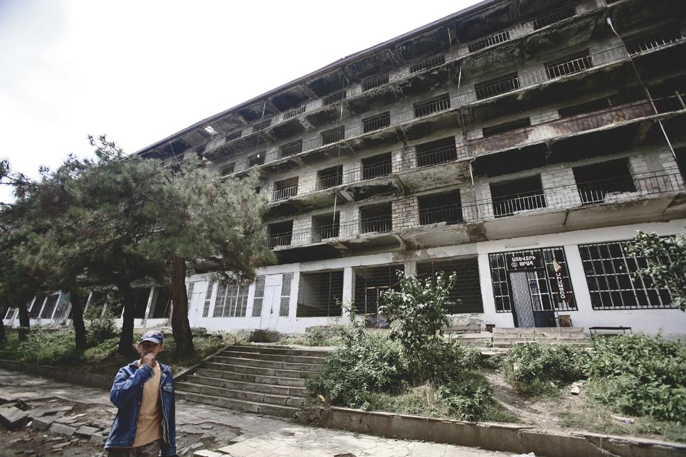 Un băiat trece prin faţa unui blocde apartamente construit în perioada comunistă, în orasul Shusi, joi, 18 septembrie 2008, în Nagorno-Karabah. Înaintea izbuncnirii războiului, oraşul Shushi, al doilea ca mărime din Nagorno-Karabah ca mărime şi densitate a populaţiei, era centrul cultural al regiunii.
