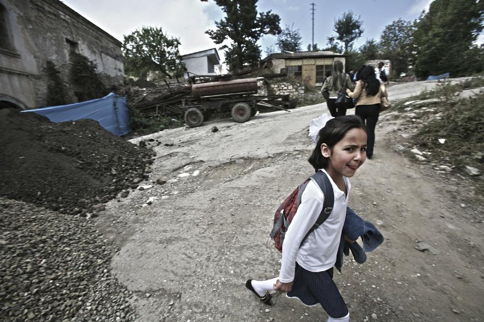 O fată trece pe lângă o clădire aflată în reconstrucţie, în oraşul Shushi, Nagorno-Karabah, joi, 18 septembrie 2008. După ce mai mult de trei sferturi din clădiri au fost distruse în timpul războiului, oraşul a început acum procesul de reconstrucţie a clădirilor cu valoare arhitecturală şi istorică.