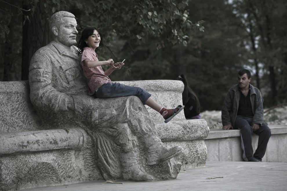O fetiţă se joacă lângă o statuie care îl infăţişează pe Vazgen Sarkissian, în centrul oraşului Shushi, sâmbătă, 20 septembrie 2008, Nagorno-Karabah. Vazgen Sakissian este considerat erou naţional în Armenia şi unul dintre fondatorii Armatei Armeniei.