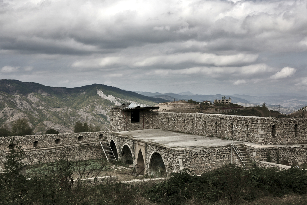 Un fragment de zid din Castelul Natavan (sec XIX), în oraşul Shushi, Nagorno-Karabah, joi, 18 septembrie 2008. Castelul Natavan a fost numit după scriitoarea Khan Gizi Hurshid Banu Natavan (1830 – 1897).