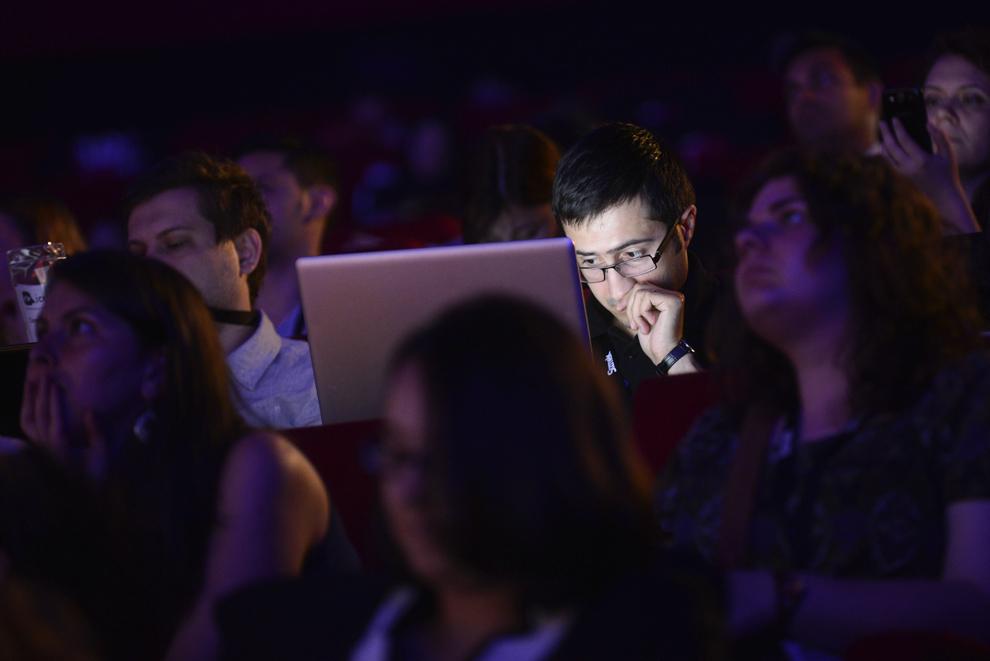 Un bărbat foloseşte un laptop, în timpul festivalului dedicat industriei digitale şi interactive din Europa Centrală şi de Est, Interactive Central and Eastern Europe Festival 2014 (ICEEFest), în Bucureşti, vineri, 13 iunie 2014. 13 iunie 2014.