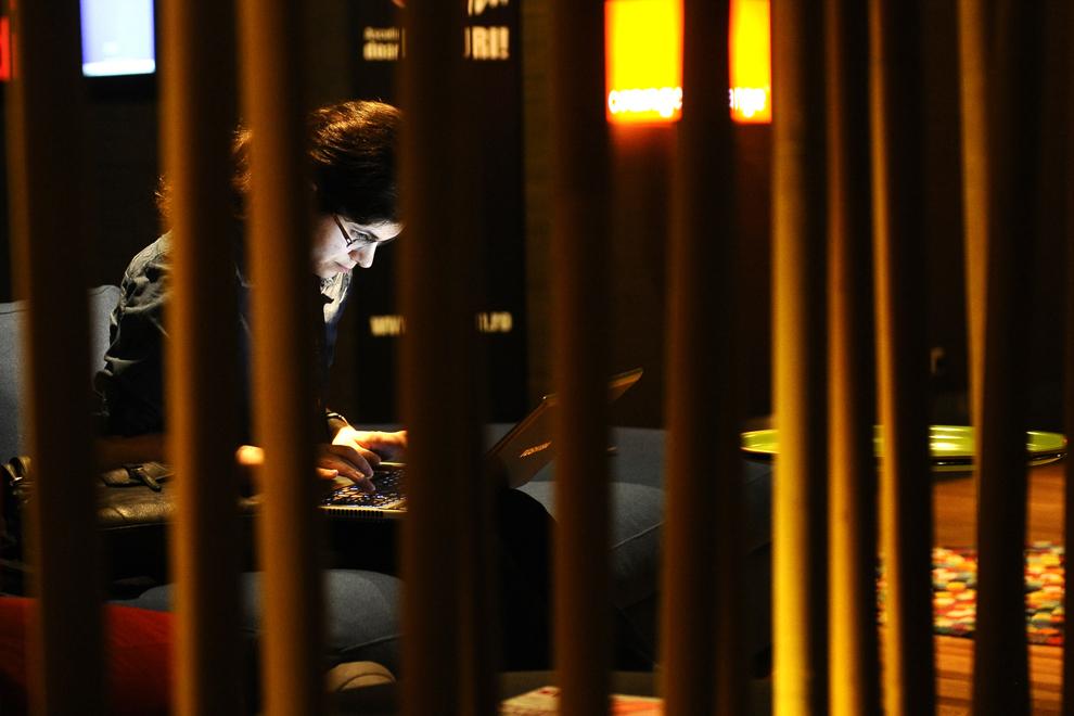 O femeie foloseşte un laptop, în timpul festivalului dedicat industriei digitale şi interactive din Europa Centrală şi de Est, Interactive Central and Eastern Europe Festival 2014 (ICEEFest), în Bucureşti, joi, 12 iunie 2014.