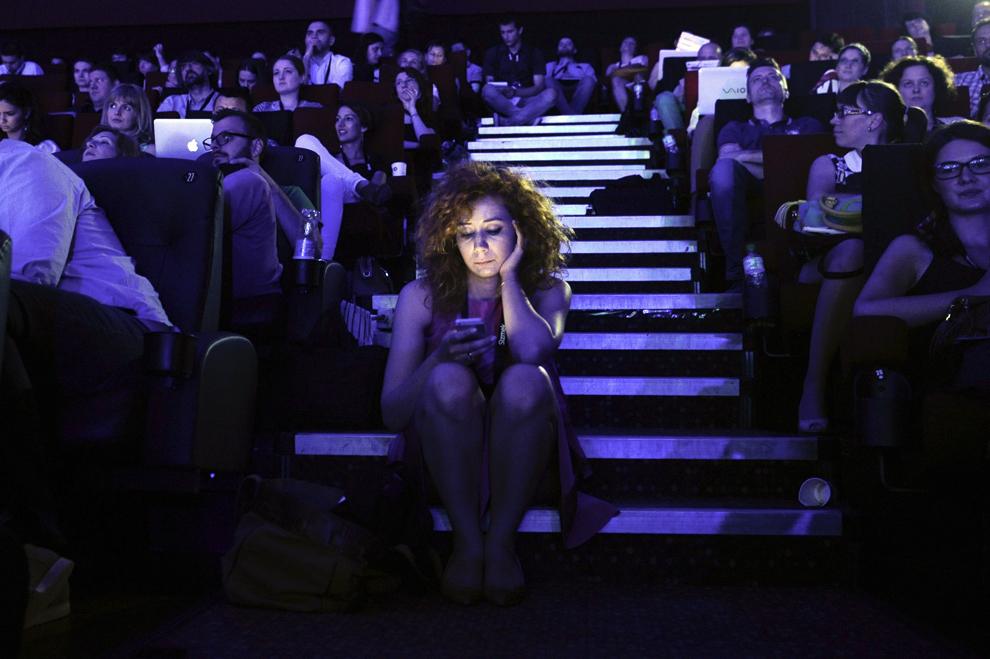 O tânără foloseşte telefonul mobil, în timpul festivalului dedicat industriei digitale şi interactive din Europa Centrală şi de Est, Interactive Central and Eastern Europe Festival 2014 (ICEEFest), în Bucureşti, joi, 12 iunie 2014.