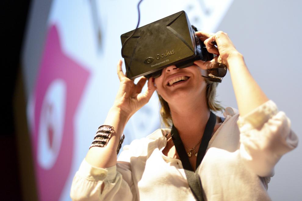 O femeie priveşte printr-un dispozitiv, în timpul festivalului dedicat industriei digitale şi interactive din Europa Centrală şi de Est, Interactive Central and Eastern Europe Festival 2014 (ICEEFest), în Bucureşti, vineri, 13 iunie 2014.